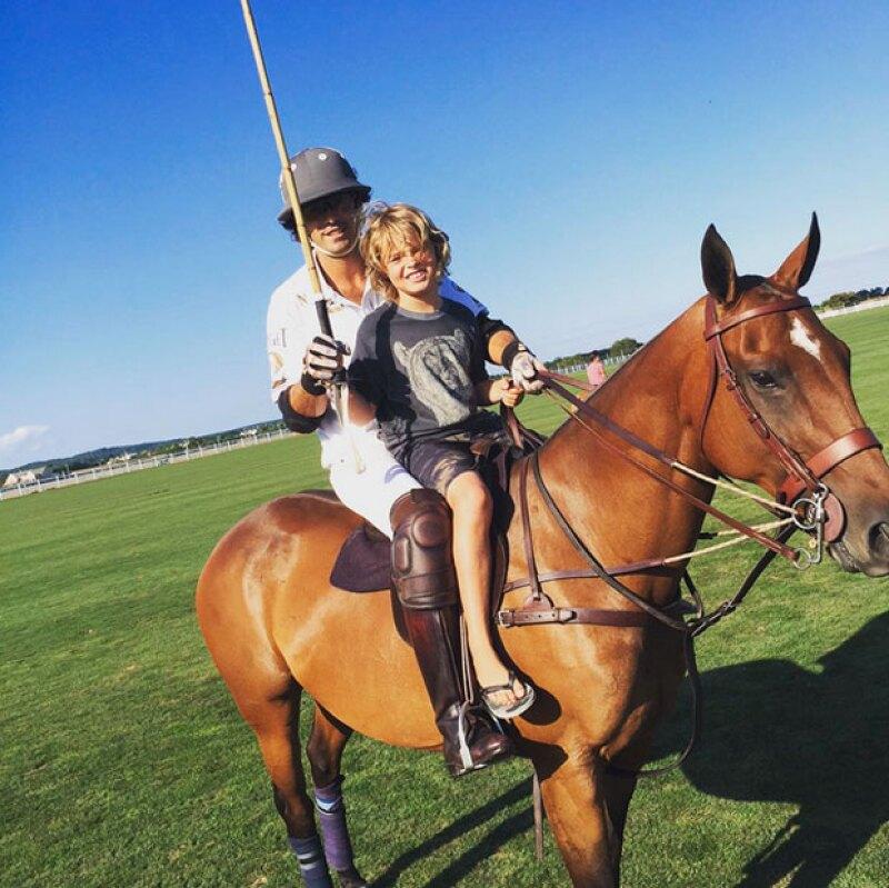 Moses posando sobre un caballo con el jugador Argentino, Nacho figueras.