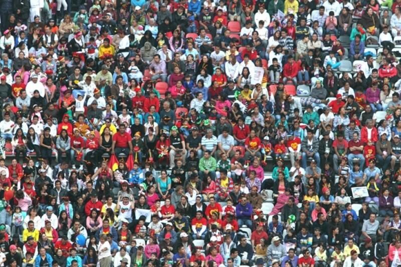 Así lucía la tribuna del estadio, pese a que muchas personas se fueron antes por la tardanza con la que inició la misa.