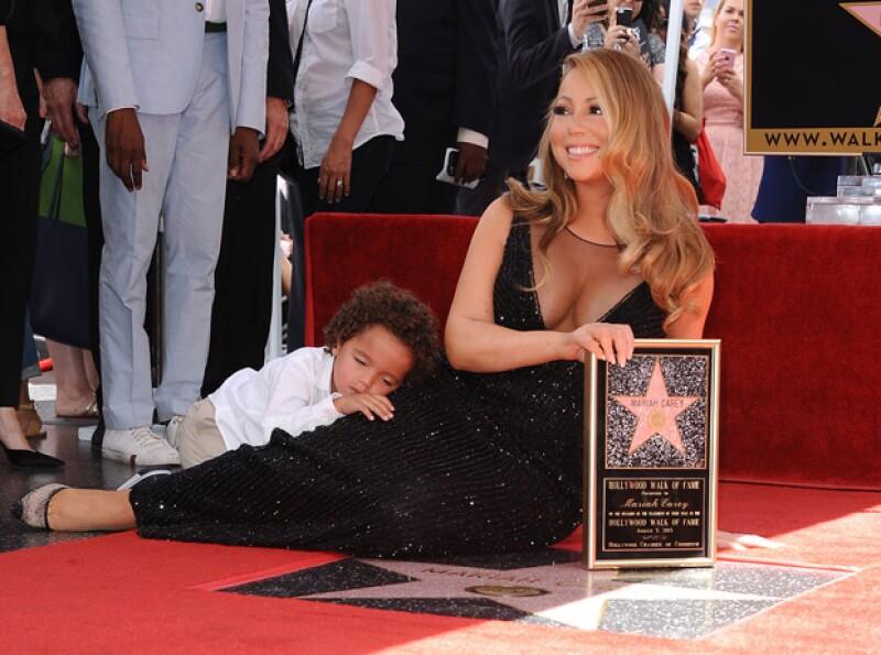 La cantante vivió un momento incómodo, pues mientras era reconocida por su trayectoria, su hijo hizo algunos berrinches.