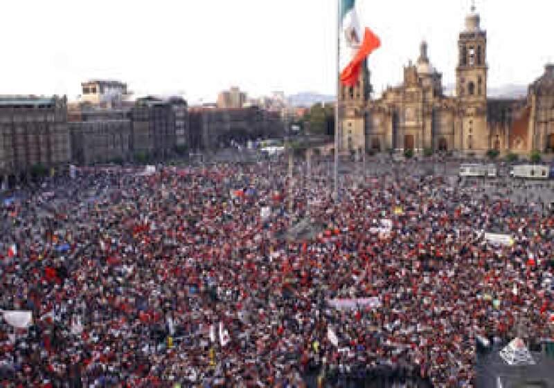 Los miles de ex trabajadores del SME terminaron sus protestas en el Zócalo capitalino. (Foto: Notimex)