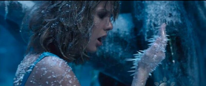 "Como regalo para sus fans, la cantante lanzó ayer ""Out Of The Woods"", sexto sencillo de su exitoso álbum ""1989""."