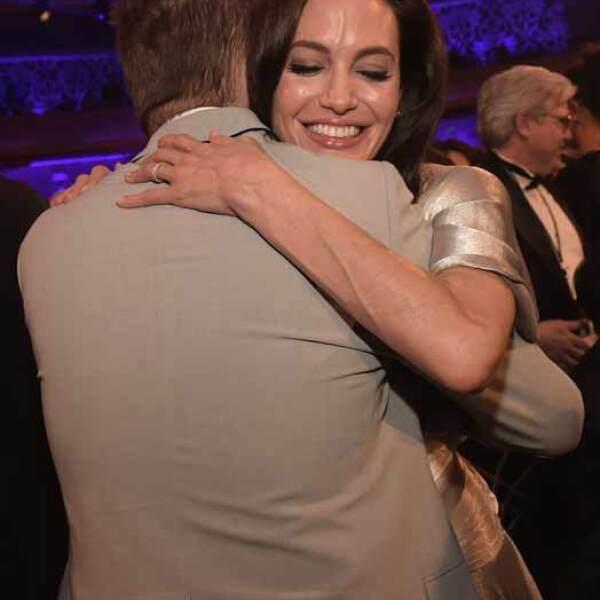 Aunque Angelina perdió en la categoría de Mejor Director contra Richard Linklater, el protagonista de Boyhood, Ethan Hawke, no perdió la oportunidad de abrazarla.