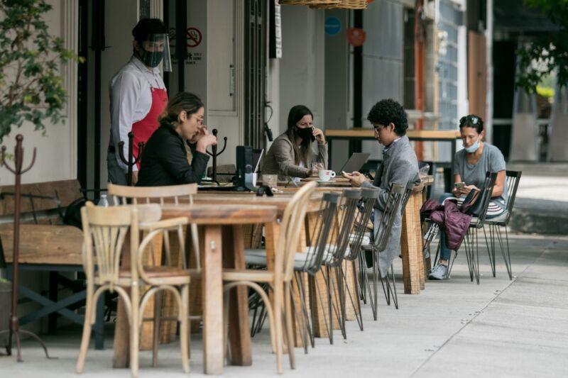 Restaurantes de las colonia Roma y Condesa continúan laborando con las medidas de prevención ante la pandemia de Covid-19. Según el presidente de la Canirac, 90,000 de estos comercios han cerrado tras las pérdidas económicas.