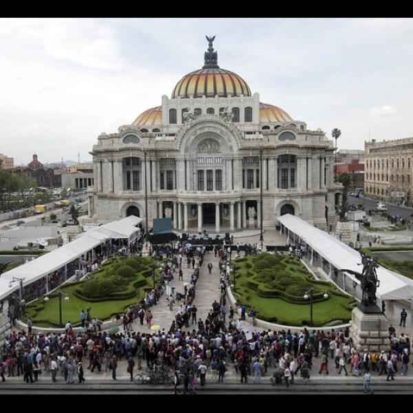 Filas de personas esperan afuera del Palacio de Bellas Artes en la Ciudad de México para acudir al homenaje de ?Gabo?