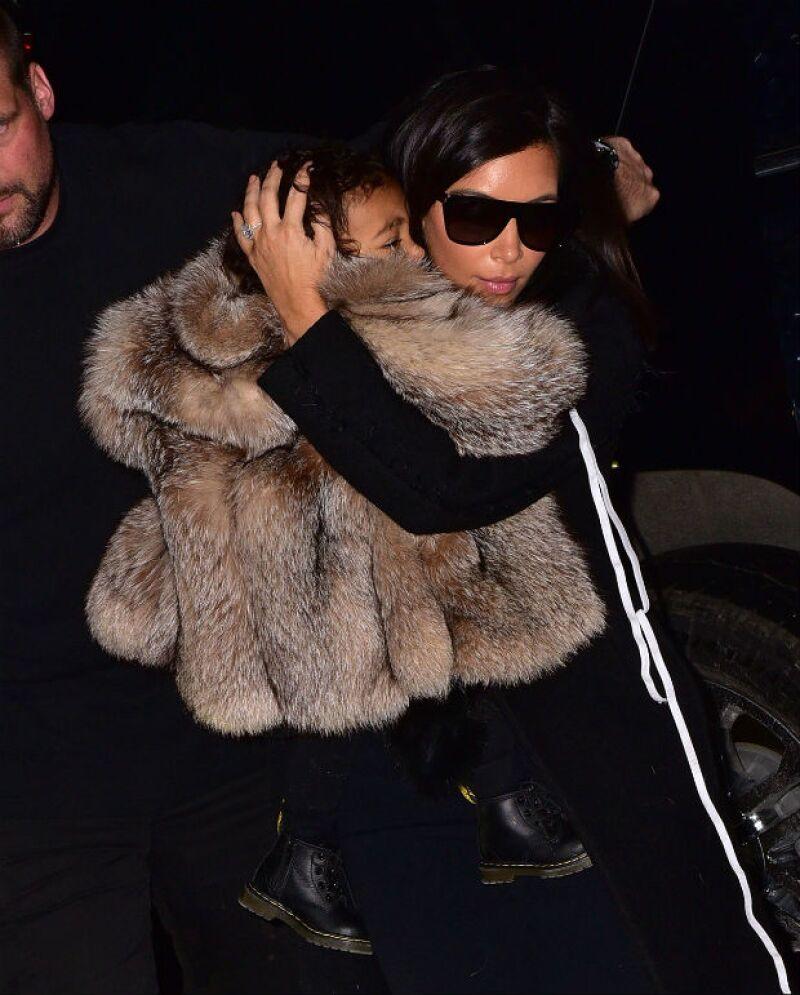 Kim sacó su instinto maternal para proteger a su hija de los paparazzi.