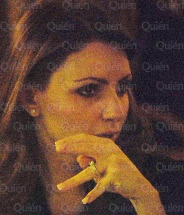 Angélica Rivera y Enrique Peña Nieto salieron anoche a un restaurante de Roma, en donde la actriz lució su anillo de compromiso en la mano izquierda.