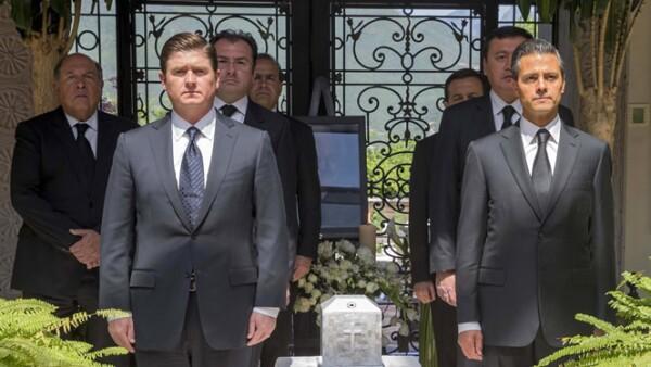 Enrique Peña Nieto, acompañado de miembros de su gabinete, y Rodrigo Medina, gobernador de Nuevo León, encabezaron una guardia ante los restos de Zambrano.