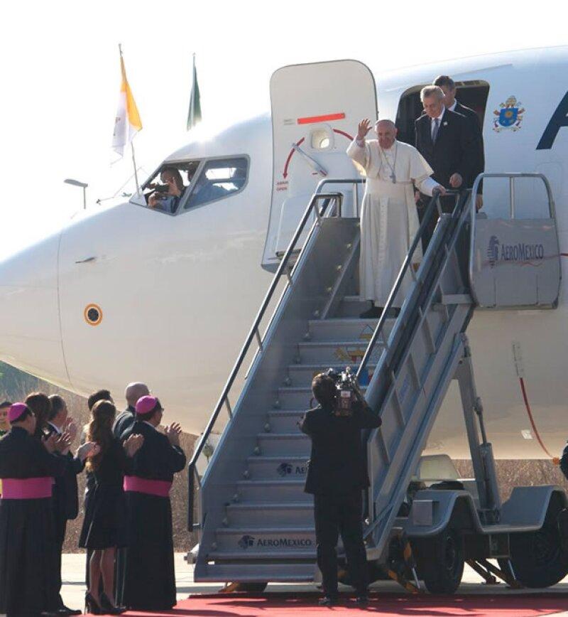 El pontífice llegó muy temprano la mañana de este lunes al aeropuerto, donde acudieron el gobernador del estado y su esposa a darle una cordial bienvenida.