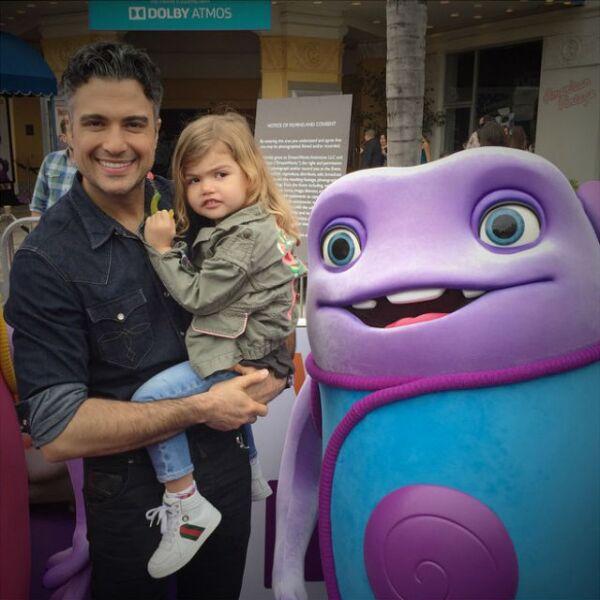 Jaime Camil con Elena, su princesa, en la premiere de Home.