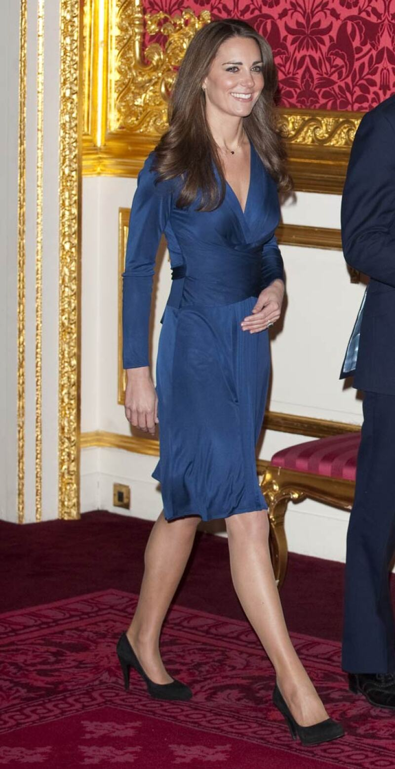 De seda en tono azul zafiro, el icónico vestido fue el encargado de crear The Kate Effect o el Efecto Kate.