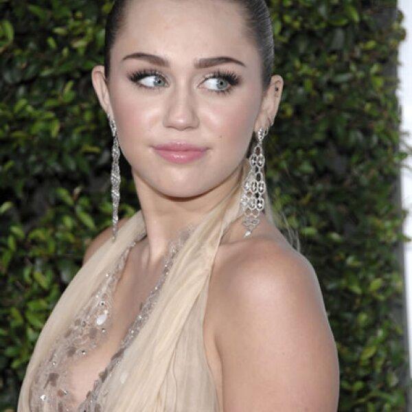 Aunque tiene cara de niña buena, más de una vez la malhumorada Miley cyrus ha acabado en pleito no sólo con los paparazzi, también con sus fans.