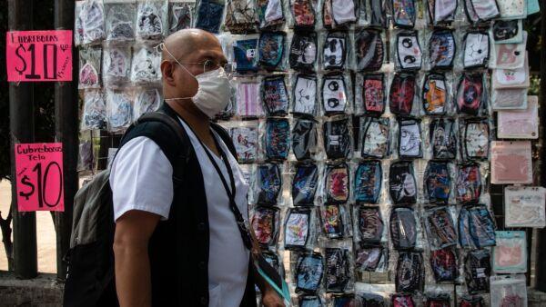 Vendedores ambulantes aprovechan las entras principales del Hospital La Raza para vender cubrebocas y mascarillas
