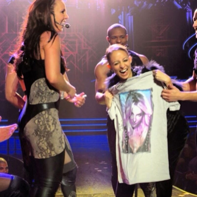 Nicole con su playera de Spear.