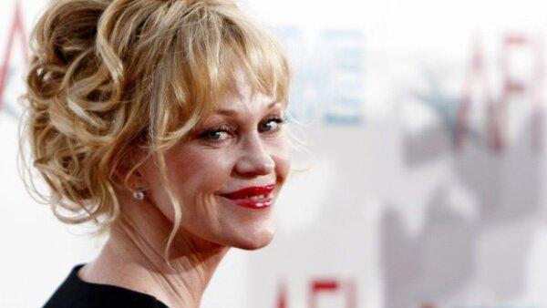 Sumada a la moda de los labios mega rojos llegó Melanie Griffith sin Antonio Banderas.