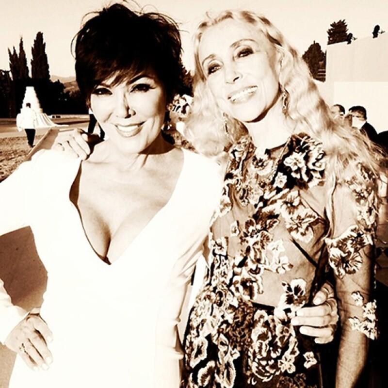 Kris eligió un profundo escote para la boda de su hija. Aquí posando con la editora de Vogue Italia, Franca Sozzani.