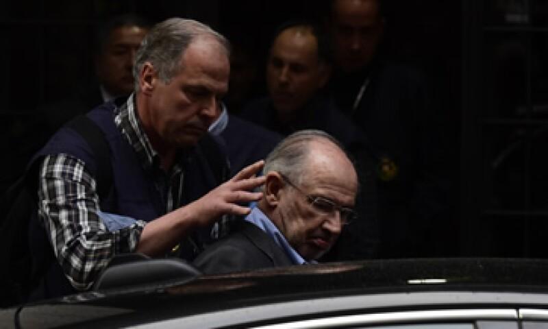 Rodrigo Rato es llevado a su despacho para realizar una inspección. (Foto: AFP )