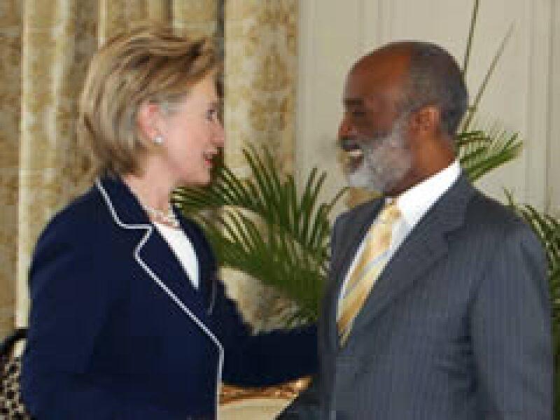 La secretaria de Estado estadounidense, Hillary Clinton, y el presidente de Haití, René Preval, previo la Cumbre de las Américas.  (Foto: Reuters)