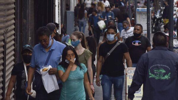 Personas caminan en la calle 16 de septiembre en el Centro Histórico, durante el semáforo naranja de la Alerta Epidemiológica de la pandemia de coronavirus (covid-19).