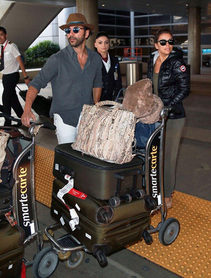 Después de su viaje de compromiso, la actriz y Pepe Bastón regresaron a Los Ángeles, donde fueron captados muy felices en el aeropuerto.