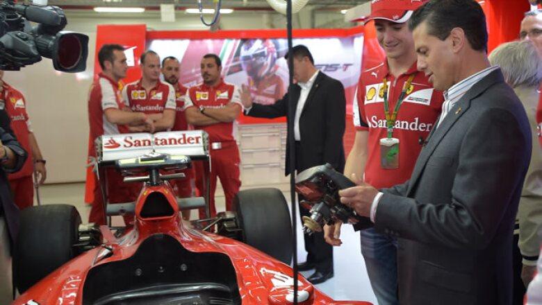 Esteban Gutiérrrez mostró los controles del volante de uno de los vehículos de Ferrari.