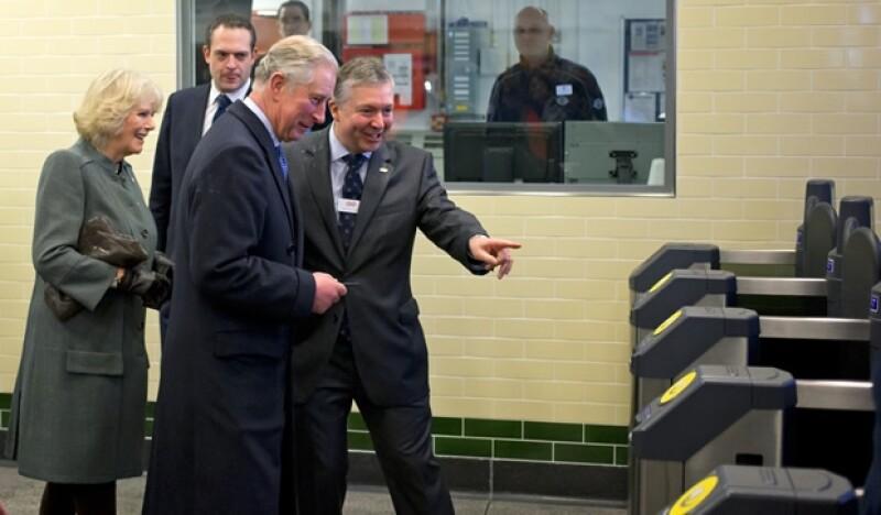 Carlos de Inglaterra al entrar en la línea del metro.