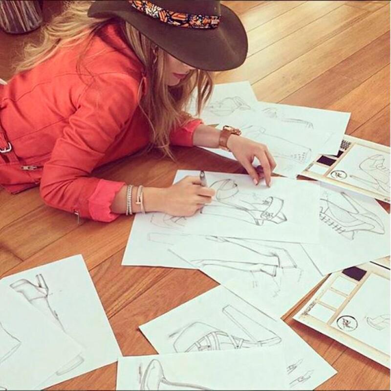 Dispuesta a entrar al mundo de la moda como una exitosa empresaria, la cantante mostró en video cómo es que realiza los bocetos de su primera colección.