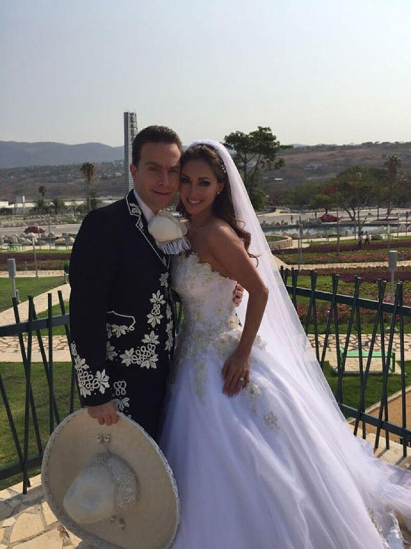 La actriz y cantante no pudo evitar ponerse de lo más romántica al recordar su enlace con Manuel Velasco, a quien le envió una amorosa felicitación a través redes sociales.