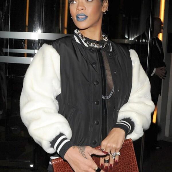 Rihanna opta por un clutch de piel.