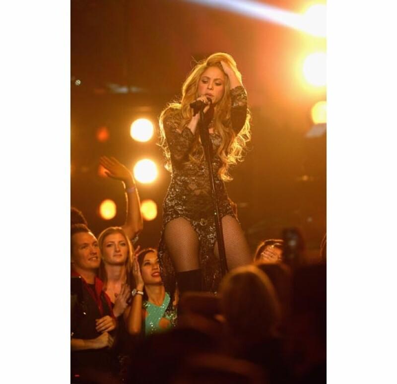 Shakira durante su sensual y vibrante presentación.