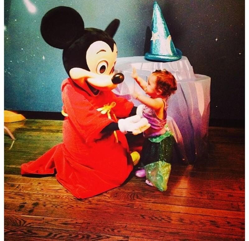La comediante de 38 años presumió esta tierna imagen de su bebé con Mickey Mouse.