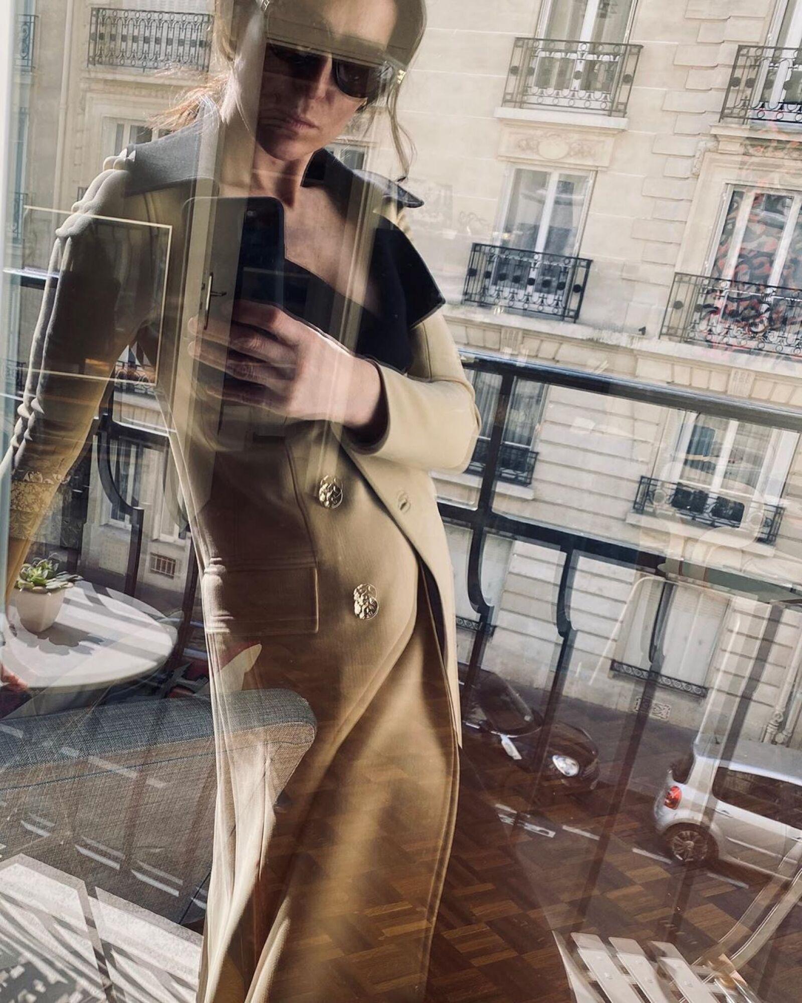 Deborah Reyner hizo una window selfie desde su balcón con un clásico trench coat