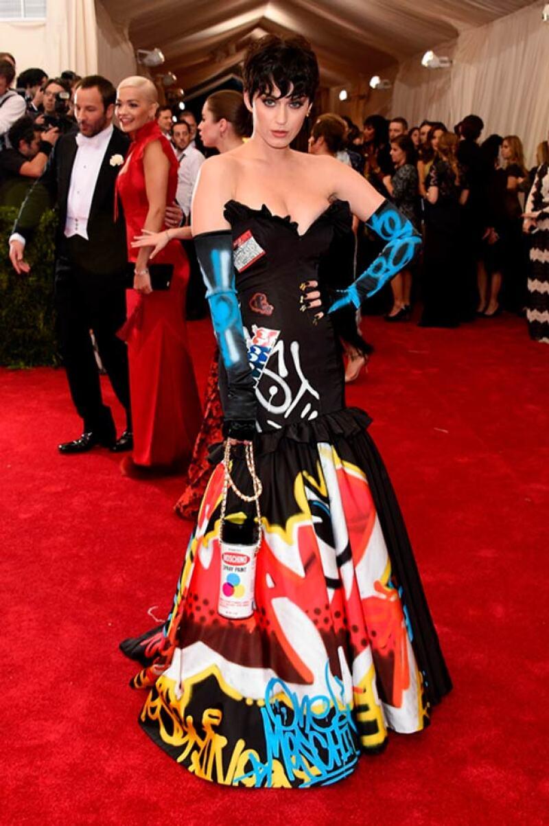 Aunque Katy es divertida y sensual, en algunas ocasiones sus elecciones para la red carpet no son del todo acertadas, pues este vestido fue de los más criticados, en la Met Gala.