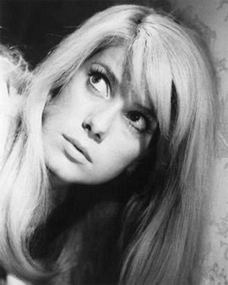 La guapa actriz francesa es considerada una de las mujeres más sexys de todos los tiempos dentro del cine, comenzó su carrera en los 60.