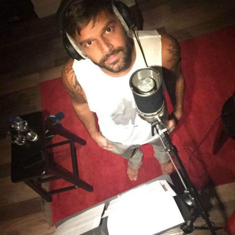 Ricky no ha dejado de trabajar en el estudio de grabación.