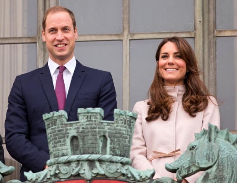 El Duque de Cambridge ha declarado, en las que son sus primeras palabras tras conocerse el nacimiento de su primer hijo junto a Kate Middleton, que tanto él como su mujer están encantados.