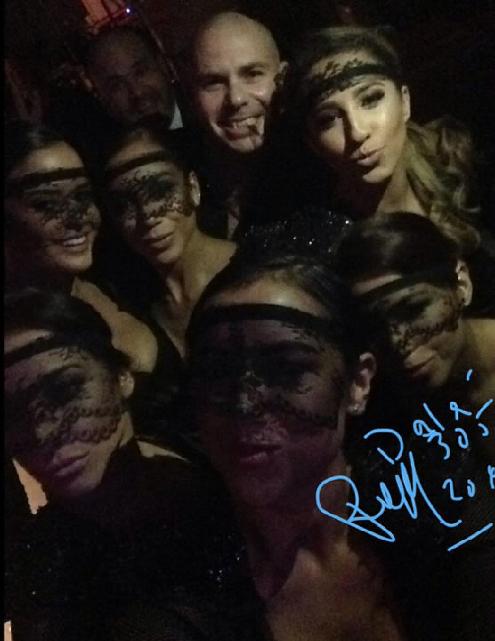 Así poso el cantante Pitbull con sus bailarinas previo a su presentación.