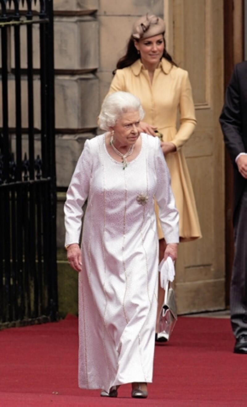 Dicen que la reina Isabel II aprecia mucho a Kate por su sencillez y carisma.