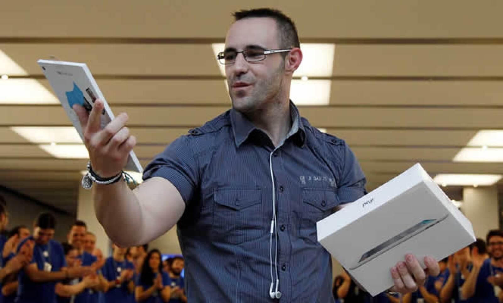 La iPad 2 inició su venta en 25 países este viernes 25 de marzo. En la imagen, Ricardo, el primer cliente en Madrid en conseguir la nueva 'tablet', después de esperar más de 33 horas en la fila.