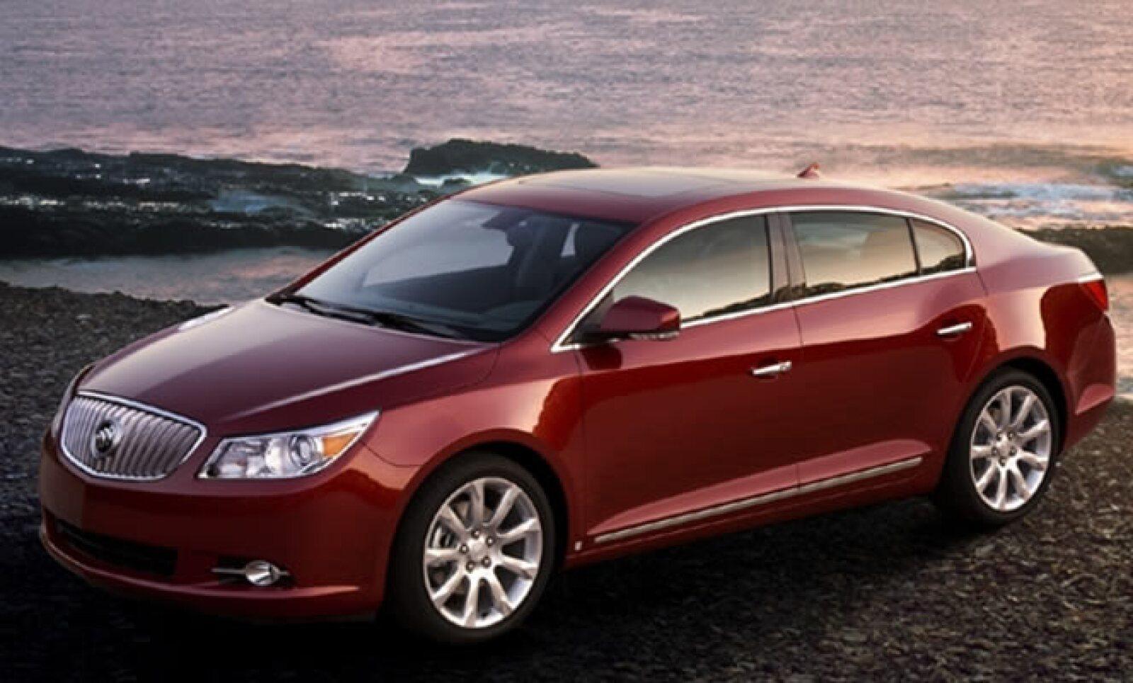 LaCrosse cuenta con una parrilla con estilo de cascada característica de los modelos Buick, portillas cromadas con contornos brillantes que mejoran su diseño exterior y una defensa al color de la carrocería que acentúa su elegancia y da mayor uniformidad