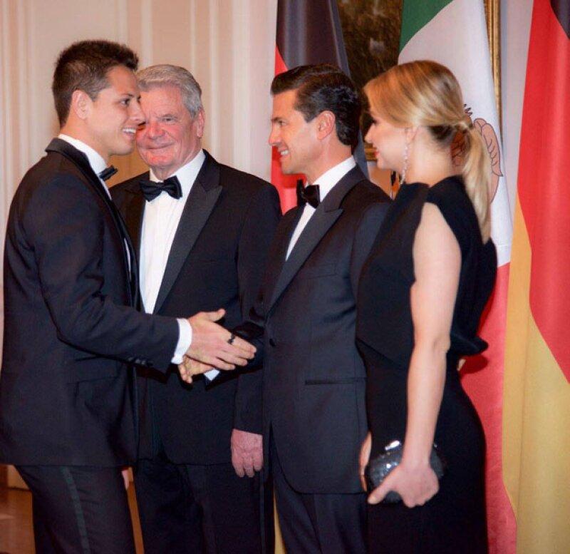 Como acto oficial, Chicharito saludó tanto al presidente de Alemania, Joachim Gauck, como a Peña Nieto y Angélica Rivera.