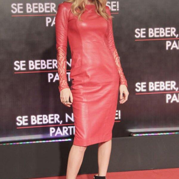 La actriz de `The Hangover III´ usó un sexy vestido rojo de Monique Lhuillier en la premiere de la película en Río de Janeiro.