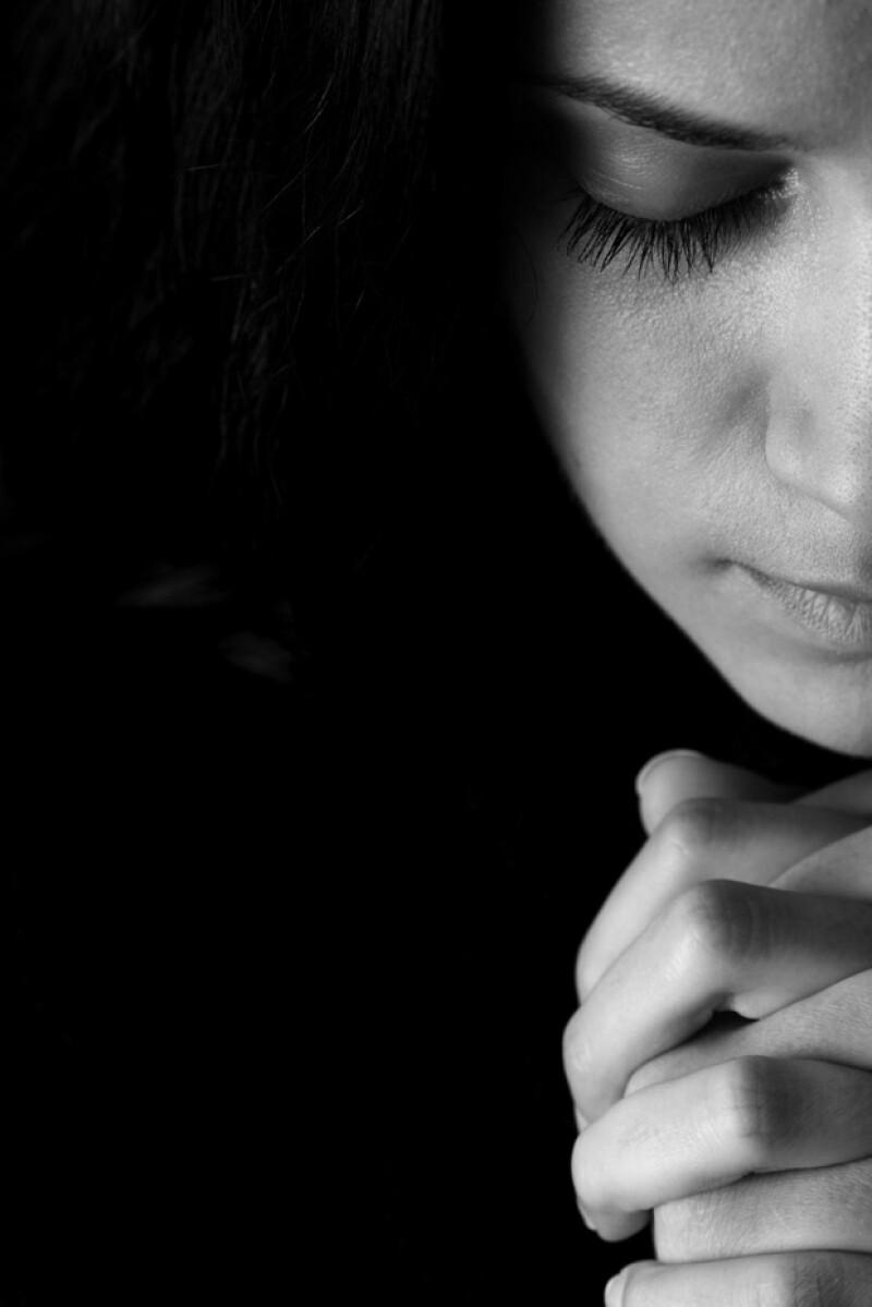 Si alguna vez te has sentido impotente ante una situación, te contamos que hay una forma muy sencilla de aportar y es rezando. Una experta en estos temas nos lo aclara.