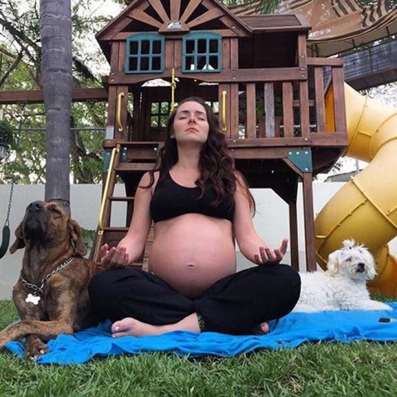 La actriz publicó una tierna imagen en la que aparece meditando con sus dos mascotas.