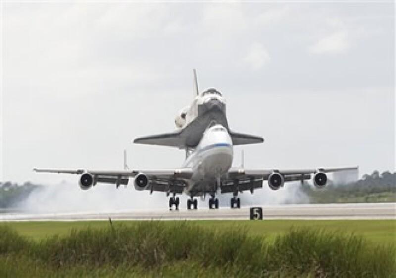 El transbordador Discovery, montado en un avión Boeing 747, aterriza en el Centro Espacial Kennedy, en la Florida. (Foto: AP)
