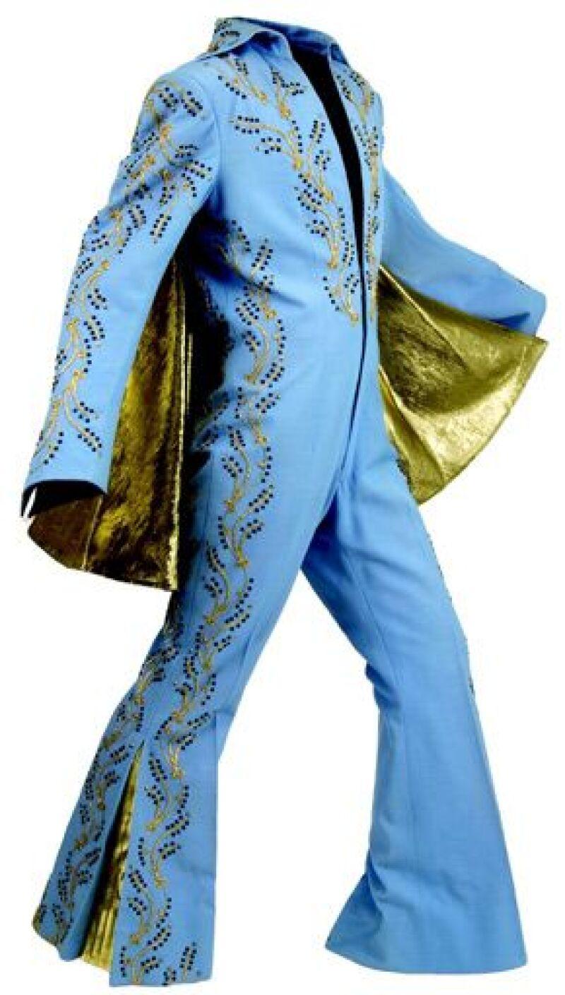 Entre las prendas subastadas se encontraban un traje color azul y dorado con una capa que Elvis vistió sólo una vez, así como pantalones, chaquetas, joyas, entre otras cosas.