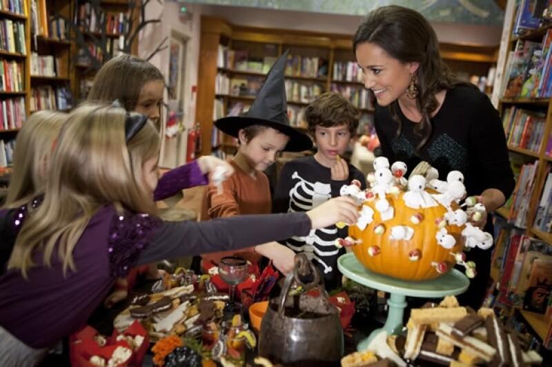 Pippa repartió dulces y chocolates.