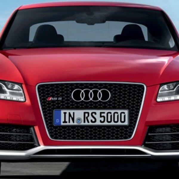 El nuevo Audi RS 5 hace su debut en el Salón del Automóvil de Ginebra de 2010, luciendo su aspecto deportivo y elegante.