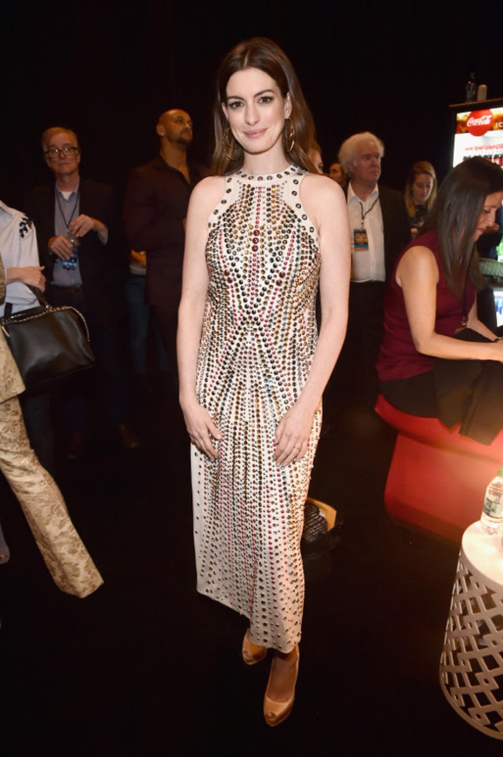 Brunette goals con Anne Hathaway en Bottega Veneta