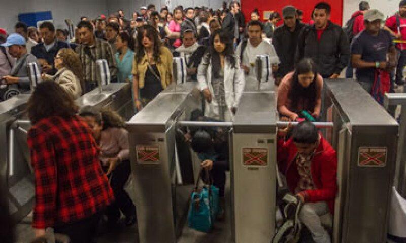 El aumento en el costo del Metro causó que algunos usuarios optaron por saltarse los torniquetes. (Foto: Cuartoscuro)
