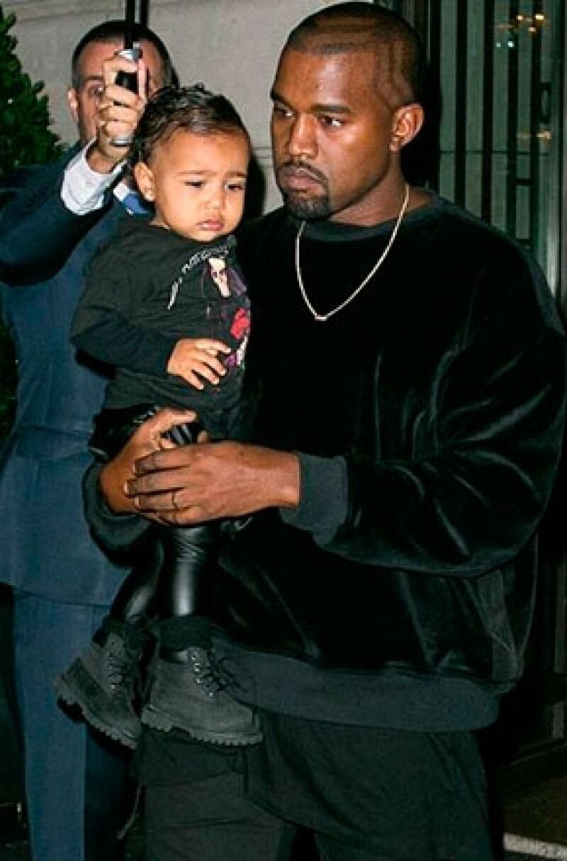 La pequeña encantó con un look en coordinación con sus papás.